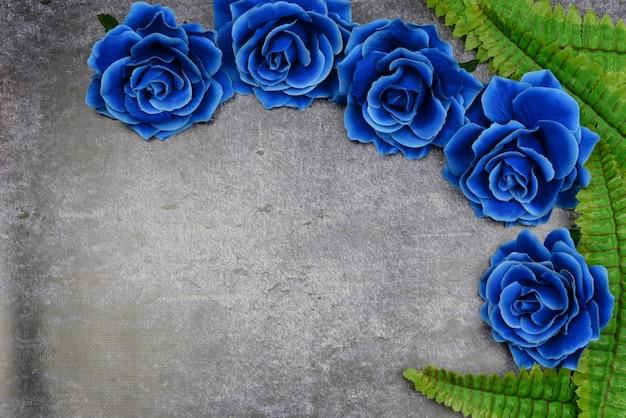 Belles roses bleues sur un fond avec des feuilles vertes pour les vacances Photo Premium