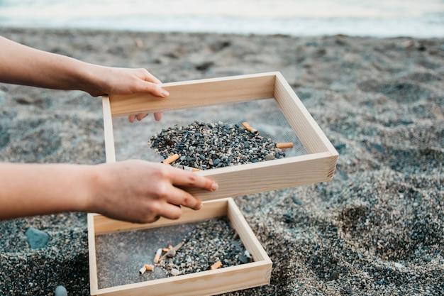 Bénévole et concept de plage avec des cigarettes Photo gratuit