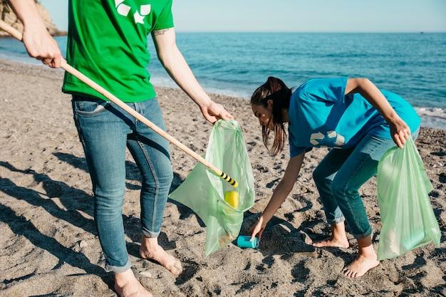 Des bénévoles ramassent des déchets à la plage Photo gratuit