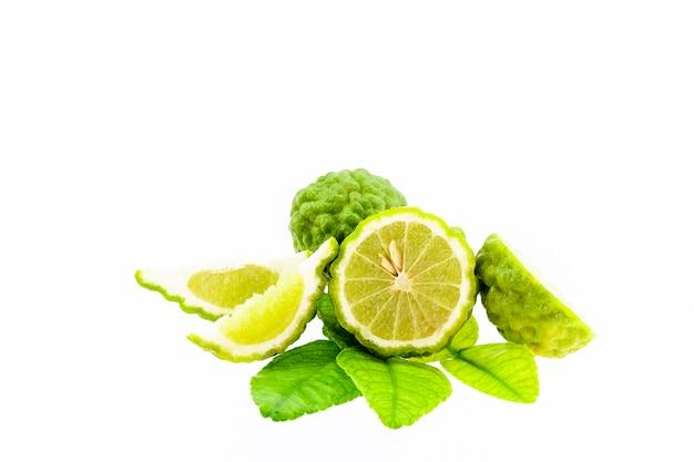 Bergamote et feuilles isolés sur fond blanc Photo Premium