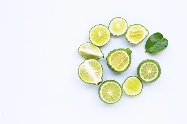 Bergamote kaffir citron vert frais isolé sur blanc. Photo Premium