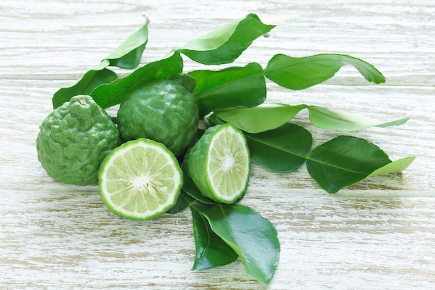 Bergamote Kaffir Lime Feuilles Herbe Nature Morte Photo Premium