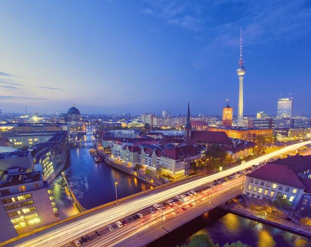 Berlin, vue d'oiseau sur l'alexanderplatz et la rivière la nuit Photo Premium