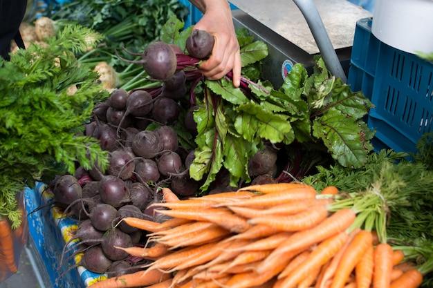 Betterave et carottes au marché Photo gratuit