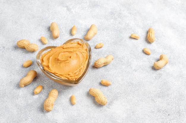 Beurre D'arachide Biologique Fait Maison Avec Des Arachides Photo gratuit