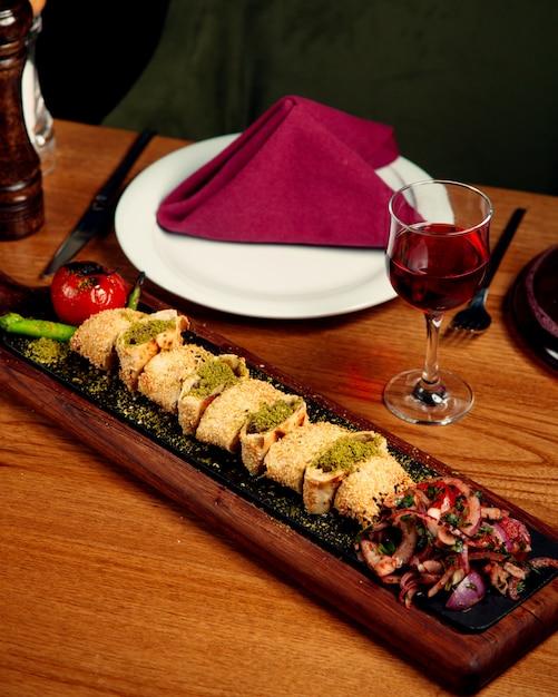 Beyti Kebab Turc Avec Enveloppements De Pain Plat Incrusté De Sésame Photo gratuit