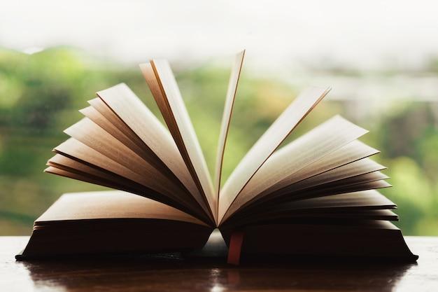 Bible Biblique Ouverte Sur Une Table En Bois Avec Lumière De La Fenêtre Photo Premium