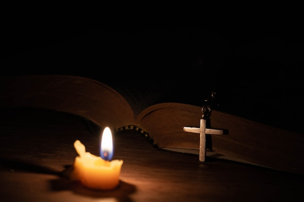 Bible, croix de bois et bougies Photo gratuit