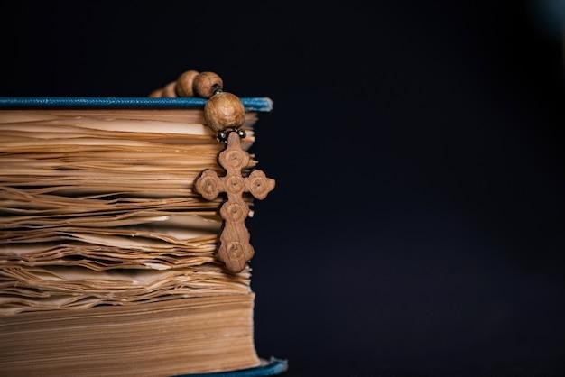 Bible et croix dans le concept religieux Photo Premium
