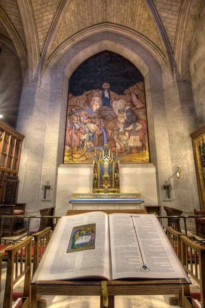 La bible et le crucifix de la cathédrale grace Photo Premium