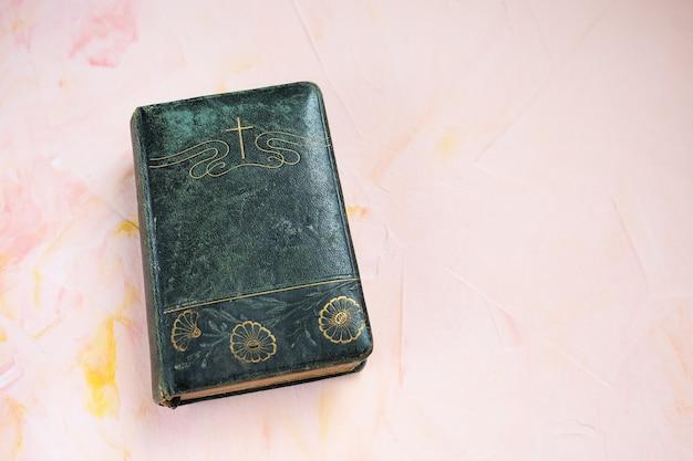 Bible Ou Livre De Poésie Sur Rose Photo Premium