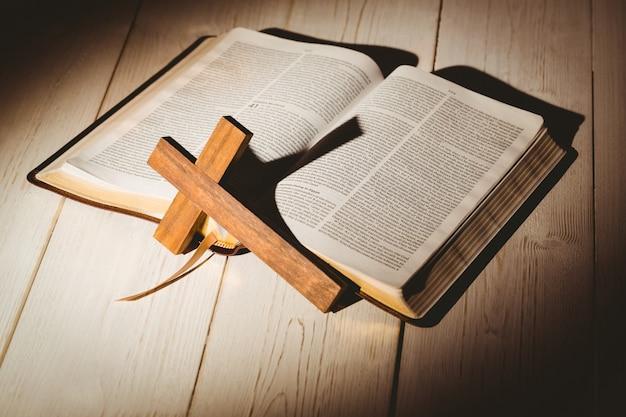 Bible ouverte et croix en bois Photo Premium