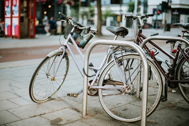 Bicyclettes rangées dans une banlieue Photo gratuit