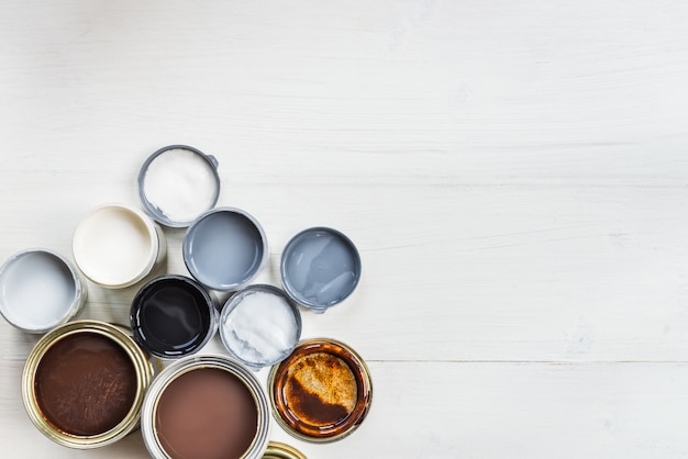 Bidons ouverts de différentes peintures, vernis et teintures Photo Premium