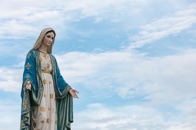 La bienheureuse vierge marie dans le ciel bleu. Photo Premium
