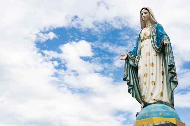 La bienheureuse vierge marie, mère de jésus sur le ciel bleu, devant le diocèse catholique romain, Photo Premium