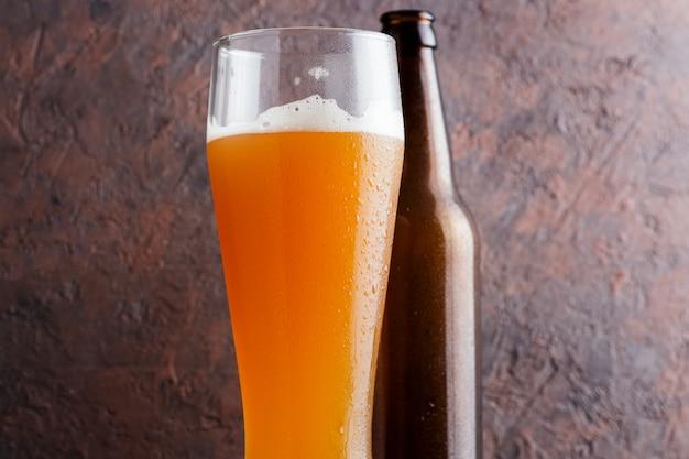 La bière artisanale est une bière aigre-pâle avec un agrume de kumquat Photo Premium