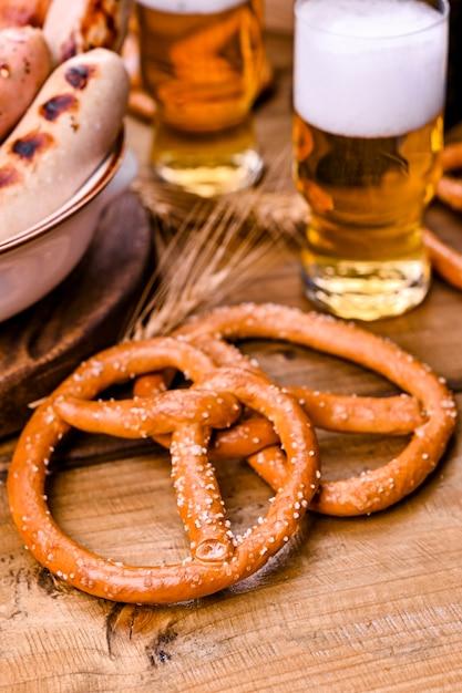 Bière artisanale fraîche. saucisses et pâtisseries allemandes traditionnelles pour un festival de bière Photo Premium