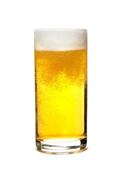 Bière bière blonde dans un verre isolé sur fond blanc Photo Premium