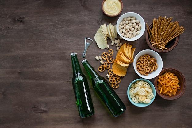 Bière avec des bretzels et diverses collations Photo Premium