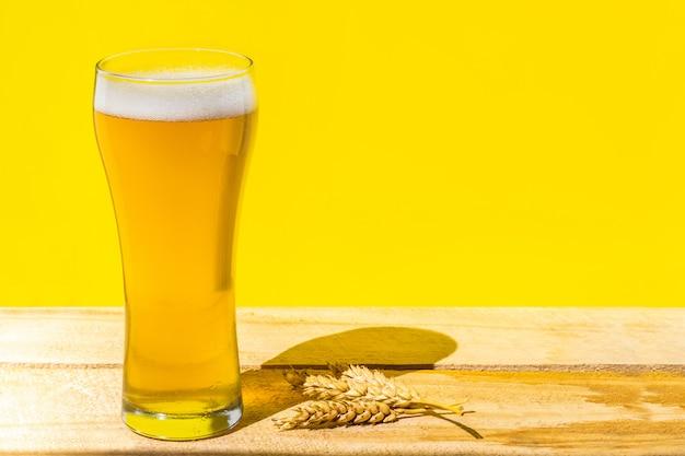 Bière. cold craft light beer dans un verre avec des gouttes d'eau. pinte de bière. concept d'oktoberfest. Photo Premium