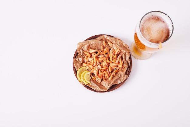 Bière Et Crevettes Sur Blanc. Photo gratuit