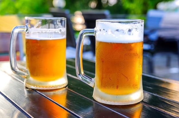 Bière dans un verre en verre, les bulles montent. Photo Premium