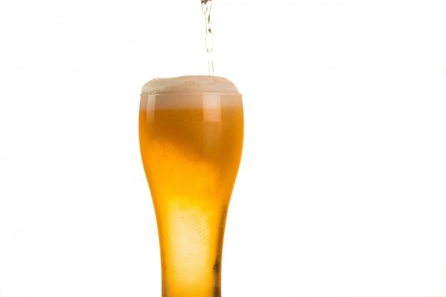 La bière est versé dans le verre Photo Premium