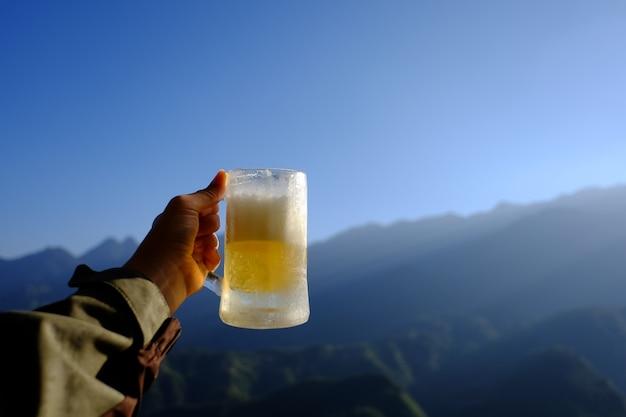 Bière et fond de montagne Photo Premium