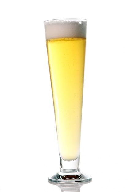 Bière Fraîche Légère Avec De La Mousse Dans Un Verre Photo gratuit