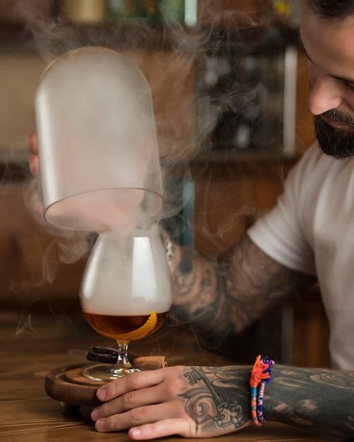 Bière Légère à La Cannelle Sur La Table Photo gratuit