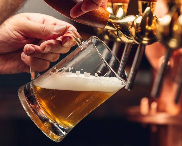 Bière légère fraîche dans une chope Photo gratuit