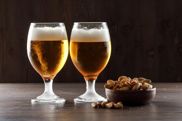 Bière Moussée à La Pistache Dans Des Verres à Gobelet Sur Une Table En Bois, Vue Latérale. Photo gratuit