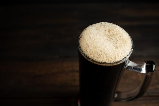 Bière noire sur bois. Photo gratuit