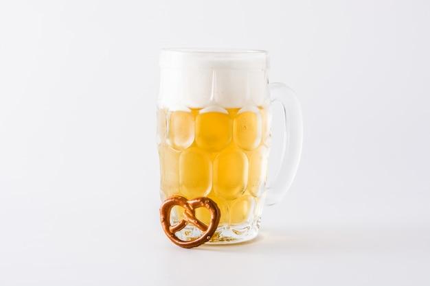 Bière oktoberfest et bretzel isolé sur fond blanc Photo Premium