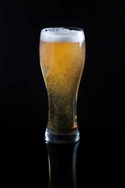 Bière pression en verre sur fond noir Photo Premium