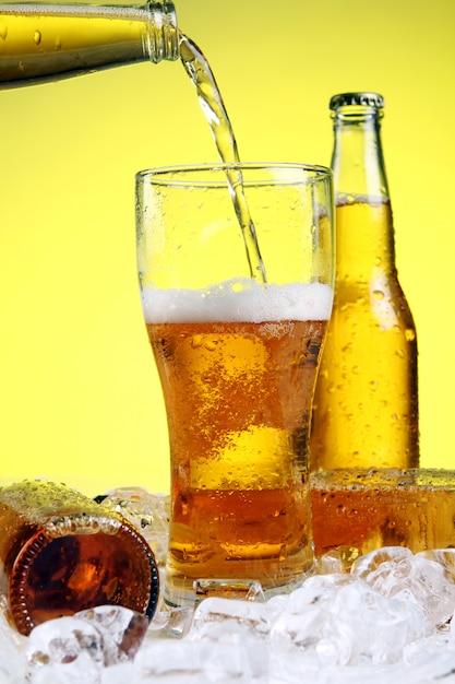 La bière se déverse dans le verre Photo gratuit
