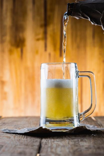 Bière sur table en bois Photo Premium