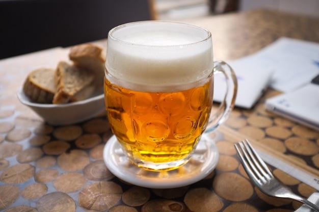Bière tchèque avec du pain Photo gratuit