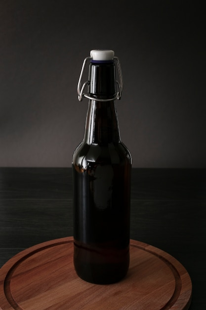 Bière vue de face sur une planche de bois Photo gratuit