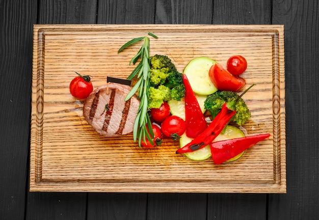 Bifteck De Barbecue Grillé Avec Cube De Pommes De Terre Et Tomates. Photo Premium