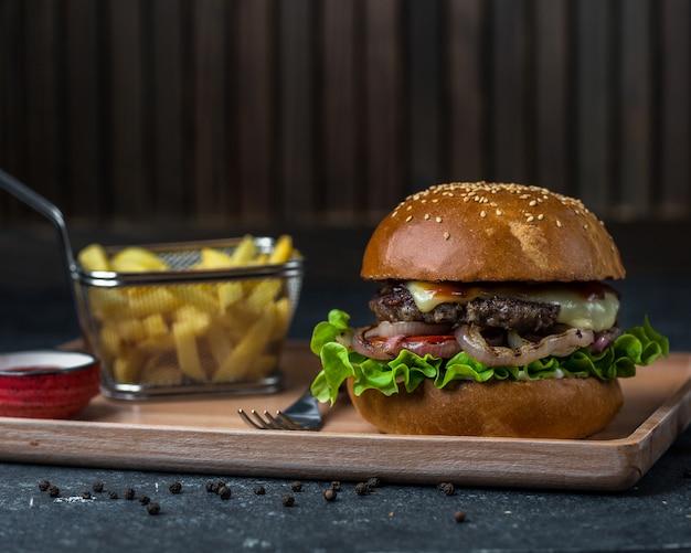 Big burger avec des frites grillées. Photo gratuit
