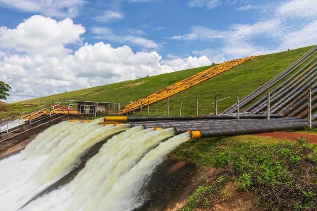Big pipe en acier pour le drainage du barrage pour éviter les inondations. Photo Premium