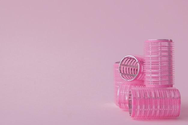 Bigoudis Cheveux En Plastique Sur Un Espace Rose Avec Copie Espace Photo Premium