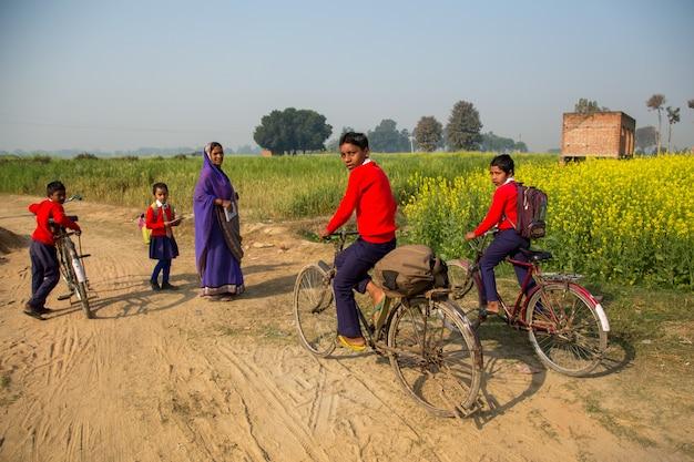 Bihar inde - 15 février 2016: des enfants non identifiés vont à l'école Photo Premium