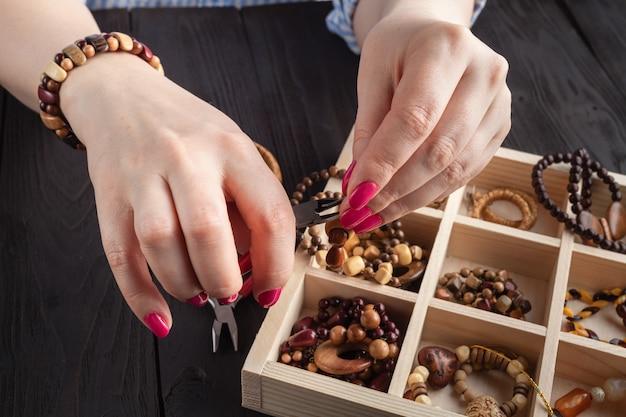 Bijoux Faits Maison. Femme, Confection, Maison, Artisanat, Art, Bijouterie Photo Premium