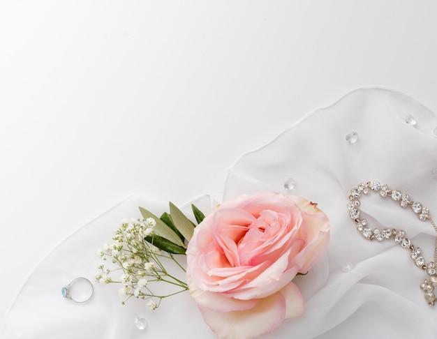 Bijoux De Mariée Sur Table Photo gratuit