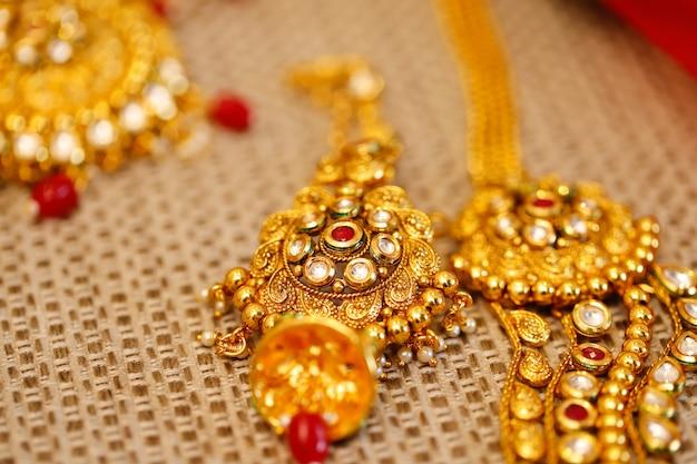 Bijoux en or en boîte, collier Photo Premium