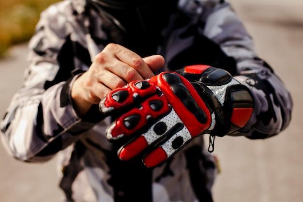 Biker met l'équipement pour le trajet Photo gratuit