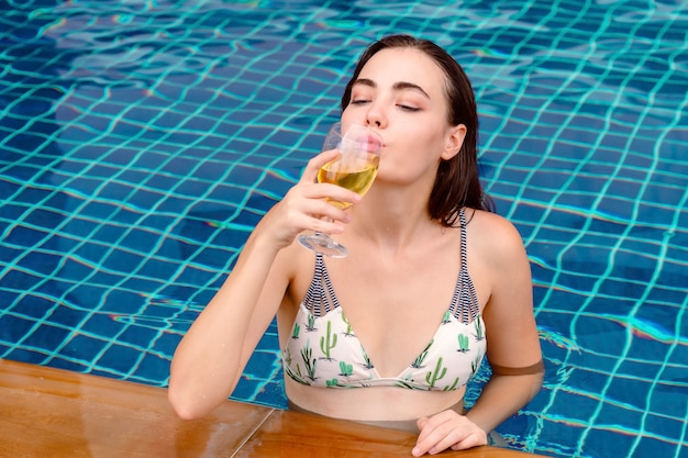 Bikini girl concept de vacances vacances fête fête d'été. Photo Premium